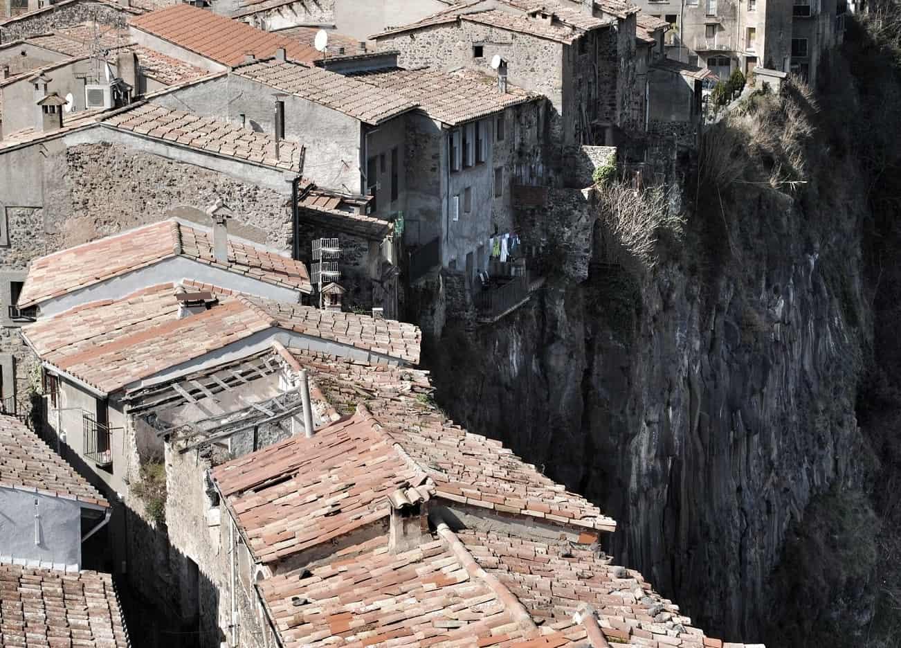 Curiosos pueblos de España situados en lugares sorprendentes Castellfollit-de-la-Roca-Basalt-Cliff