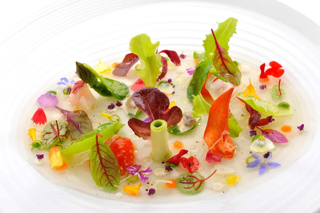 Restaurant Lasarte Ensalada tibia de verduras hierbas brotes y pétalos
