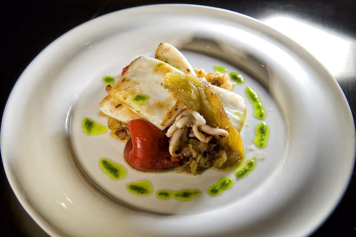 Calamar de potera amb sofregit i escalibada (jig squid with roasted vegetables)