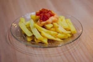 Patatas bravas, con salsa brava hecha en casa