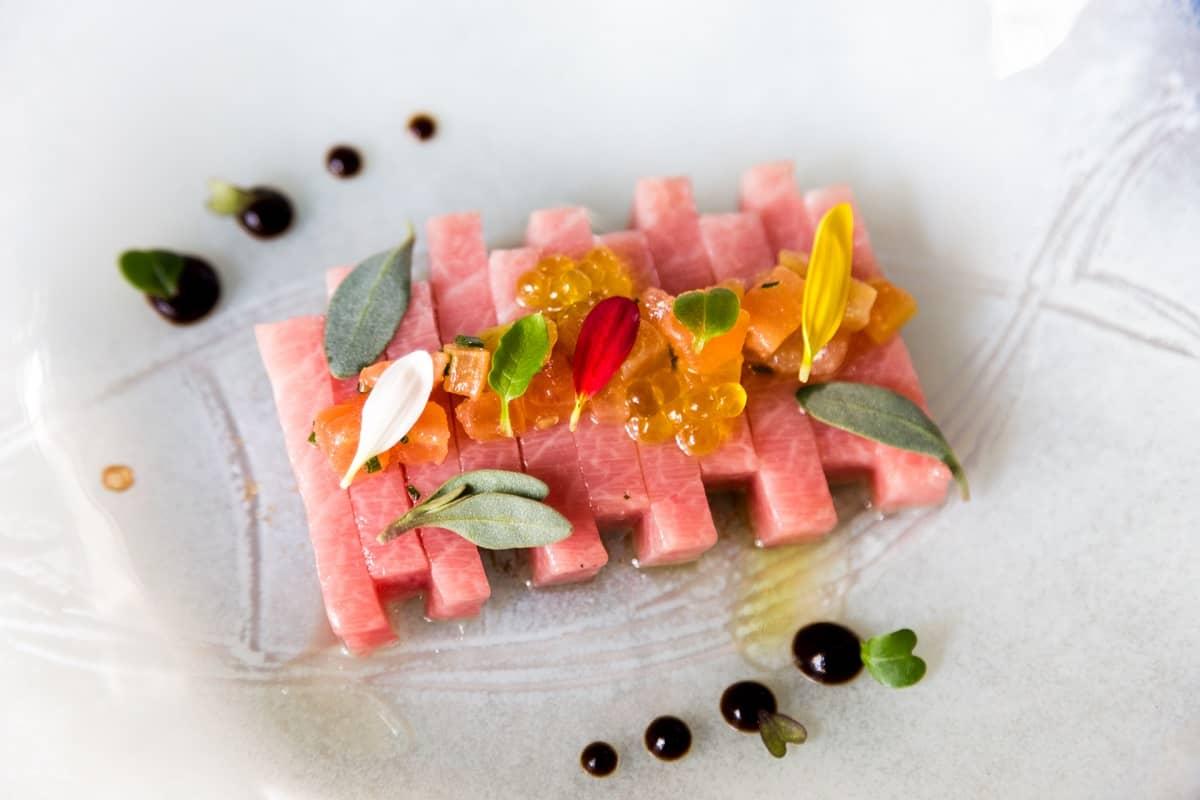 Sashimi de ventresca de atún toro ligeramente aliñada con helado de apio y algas