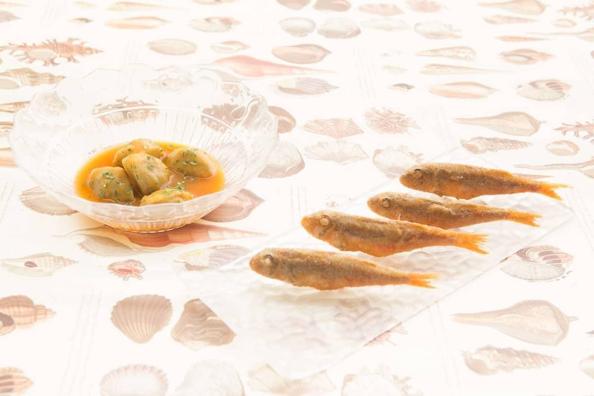 Salmonetes fritos y suquet de alcachofas