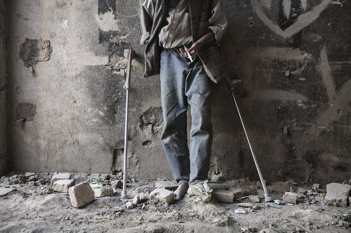 Alfonso Moral: Young Afghan with his dose of heroin, Kabul Afghanistanm 2008